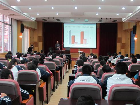 主任在讲座中向青少年学生普及吸烟危害的知识-控烟要走 年轻化 告