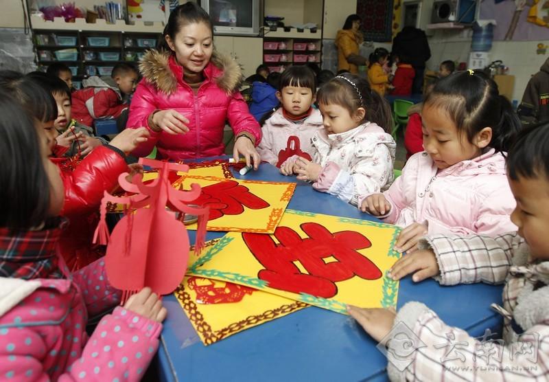/enpproperty-->  图为 云南师大幼儿园的孩子们和老师一切作灯笼、学剪纸、画喜福,在感受中国传统文化氛围中迎接2013年到来。  图为 在感受传统文化的氛围里,云南师大幼儿园的孩子们告别2012年,喜迎2013年的到来。 云南网讯(记者 杨峥 摄影报道)12月31日,云南师大幼儿园的孩子们在传统手工制作课上,做灯笼、学剪纸、画喜福,在感受中国传统文化的氛围中告别2012年,喜迎2013年新年的到来。