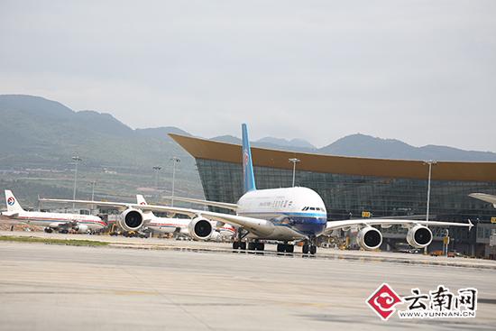 /enpproperty-->   云南网讯(记者 王楠 摄影报道)7月22日14:55,承载着486名乘客的中国南方航空CZ3901航班平稳降落在昆明长水国际机场140号廊桥,顺利完成空中客车A380北京至昆明往返航班首航。据悉,南航空客A380飞机将从7月22日至10月26日,每天执飞现有的CZ3901/3902航班。CZ3901航班每日11:22从北京首都机场起飞,14:55抵达昆明长水机场;返程航班CZ3902航班于17:25从昆明长水机场起飞,20:25飞抵北京首都机场。 昆明长水机场为4F等
