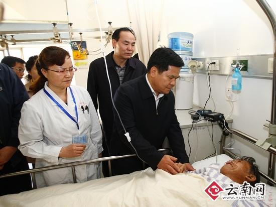 """昆明""""3·01""""严重暴力恐怖事件发生后,正在北京参加外事活动的省长李纪恒立即打电话询问情况,就事件处置作出指示,并连夜赶回昆明,及时到医院看望慰问受伤群众和家属,并叮嘱省内外专家,要把伤员当亲人,全力救治伤员。图为在昆明市延安医院看望慰问受伤群众。云南日报记者 张彤 摄"""