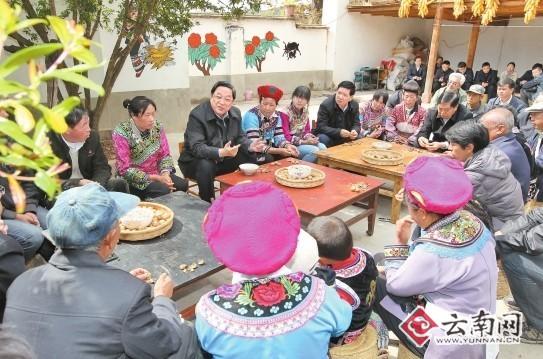 俞正声在武定县插甸乡听取基层党员群众意见。