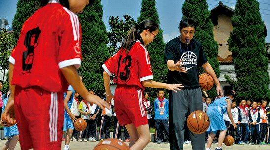 /enpproperty--> 篮球教练王菲教白汉场小学学生打篮球。  白汉场小学老师自己制作的体育教学用具千奇百怪却别具匠心。 黄漩 摄 昨天对于昆明白汉场小学的几百名师生来说,不单是开学第一天,更是一个让全部人难忘的日子,前中国男篮、八一男篮主教练王非,前国手杜锋,中国环球航海第一人郭川这些体坛大腕一起来到了这个小学校,和白汉场小学的师生一起度过了愉快的开学第一天。 这是由央视体育频道主办的开学第一天,快乐体育课 CCTV体坛风云人物校园公益行活动,活动旨在搭建更广阔的公益平台,邀请更多的公益伙伴