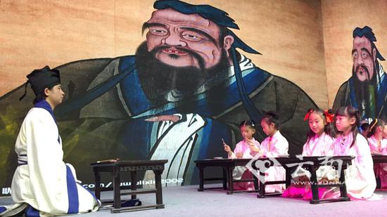 昆明国学文化节启幕 百名儿童穿汉服画国画