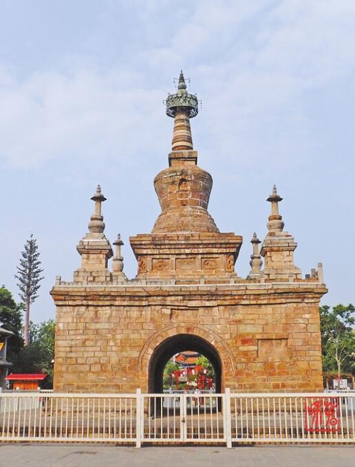 塔座呈正方形须弥式,边长5.5米,高2.