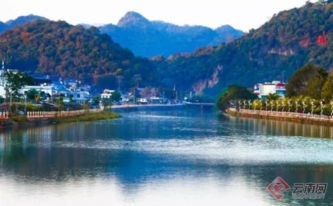 孟连是一个位于滇西南部的边境小城,傣族、拉祜族、佤族等21种少数民族在这里生活,一条古老的南垒河穿城而过,中国最后一个傣族古镇娜允古镇坐落于此,660余年的土司文化繁衍至今。据孟连县文体广电旅游局负责人介绍,近年来孟连的游客接待人数呈现出明显增长的趋势,丰富的自然环境、人文资源,极具异域风情的美食等因素在春节黄金周期间吸引了一大批喜爱自驾游、自助游、乡村游游客的到来。
