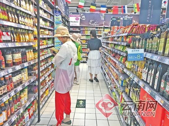 消费者在超市进口商品专区选购